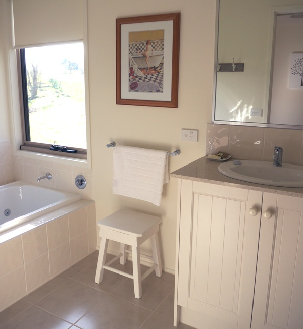 Little Lake Cottage Bathroom with shower, spa bath, toilet and vanity