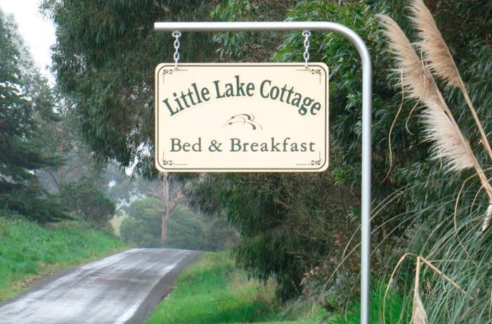 Signpost to Little Lake Cottage